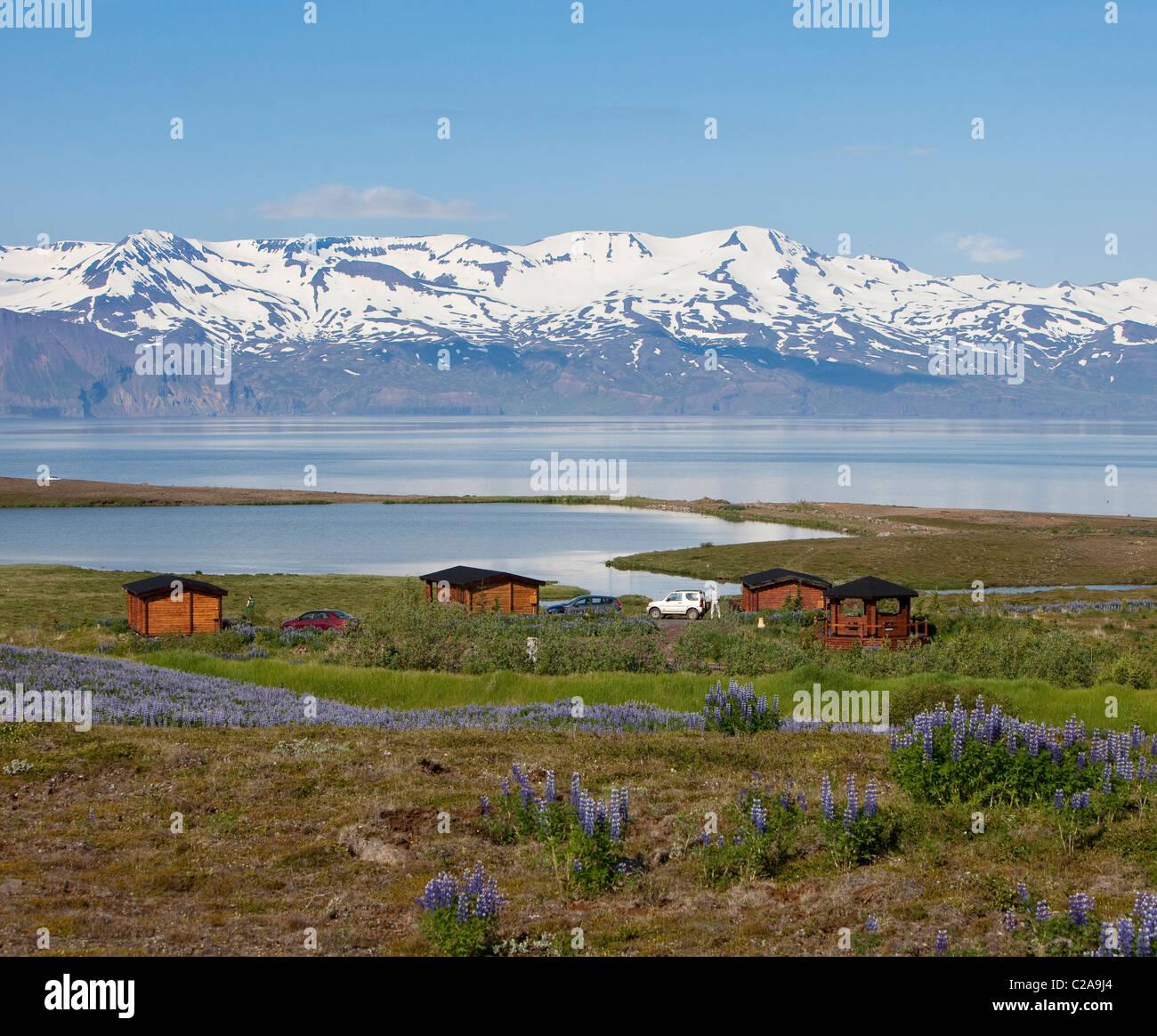 Ferienhaus mit Blick auf Wasser und Berge, Skjalfandi Bucht, Halbinsel Tjornes, Island Stockbild