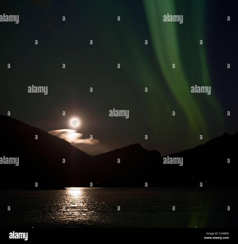Mondlicht mit Aurora Borealis, Hornafjördur, Island Stockbild