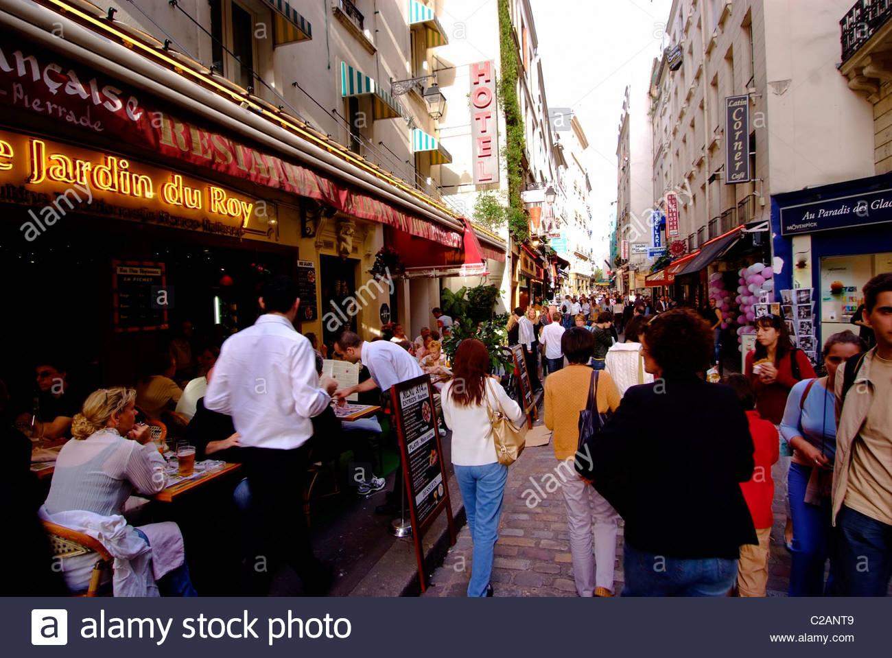 Shopper im Quartier Latin auf der Rive Gauche in Paris. Stockbild