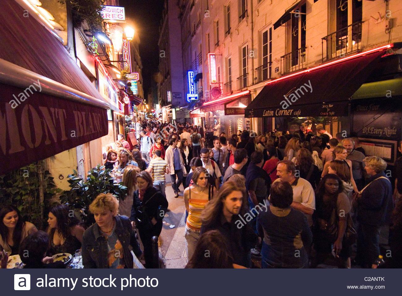 Eine Menge im Quartier Latin auf der Rive Gauche in Paris. Stockbild