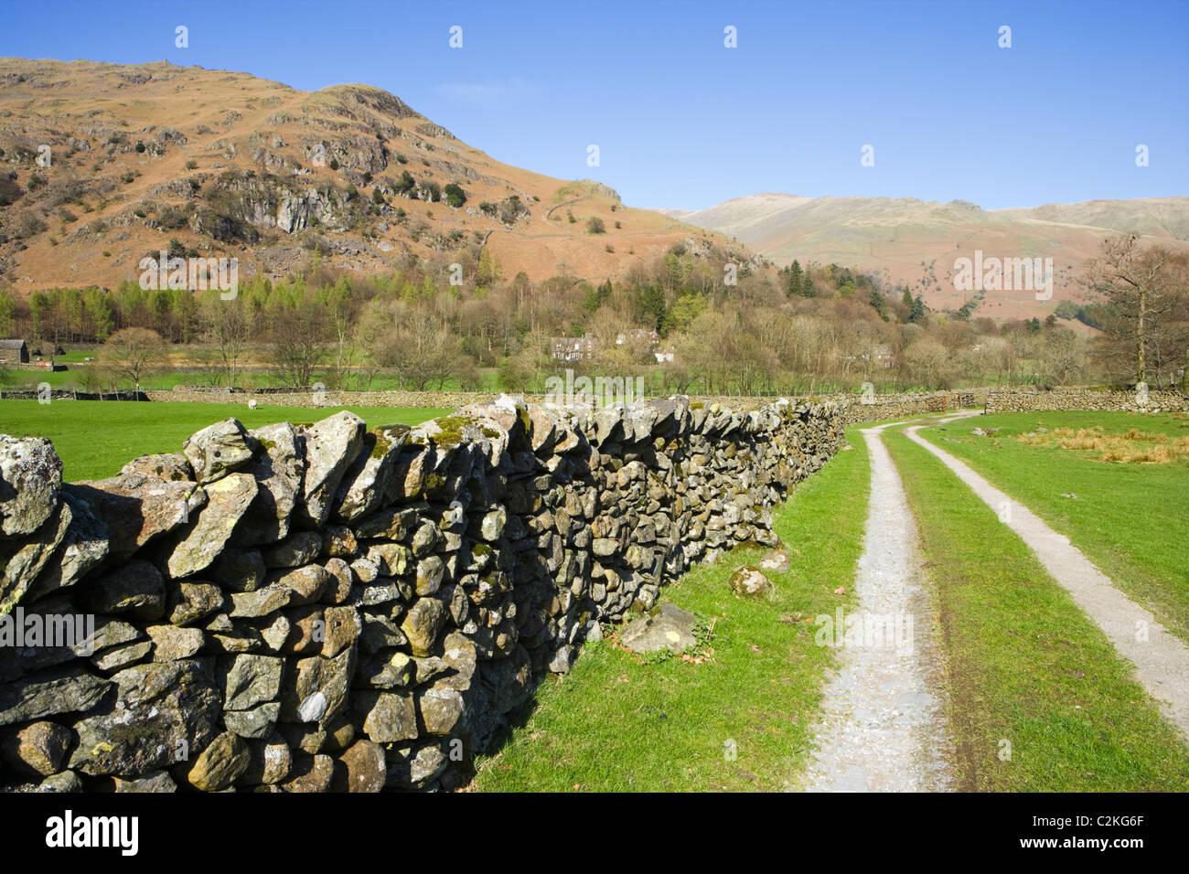 Track und Trockenmauern Wand, Grasmere, Nationalpark Lake District, Cumbria, UK Stockbild