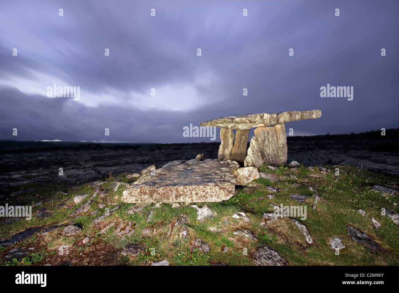 Nacht-Erfassung der Poulnabrone Dolmen, Burren, Co Clare. Stockbild