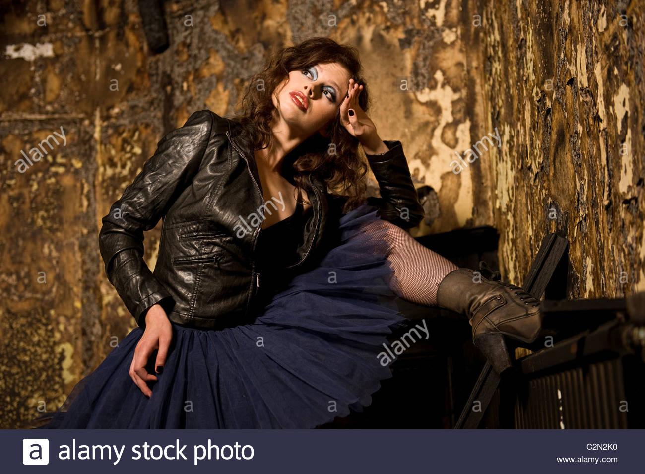 Kaukasische Fotomodell in verbrannten Gebäude Stockbild