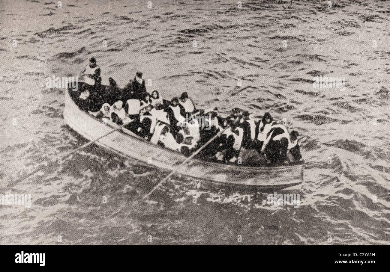 Überlebende der Titanic in einem der ihren zusammenklappbaren Rettungsboote, kurz vor von der Carpathia aufgenommen Stockbild