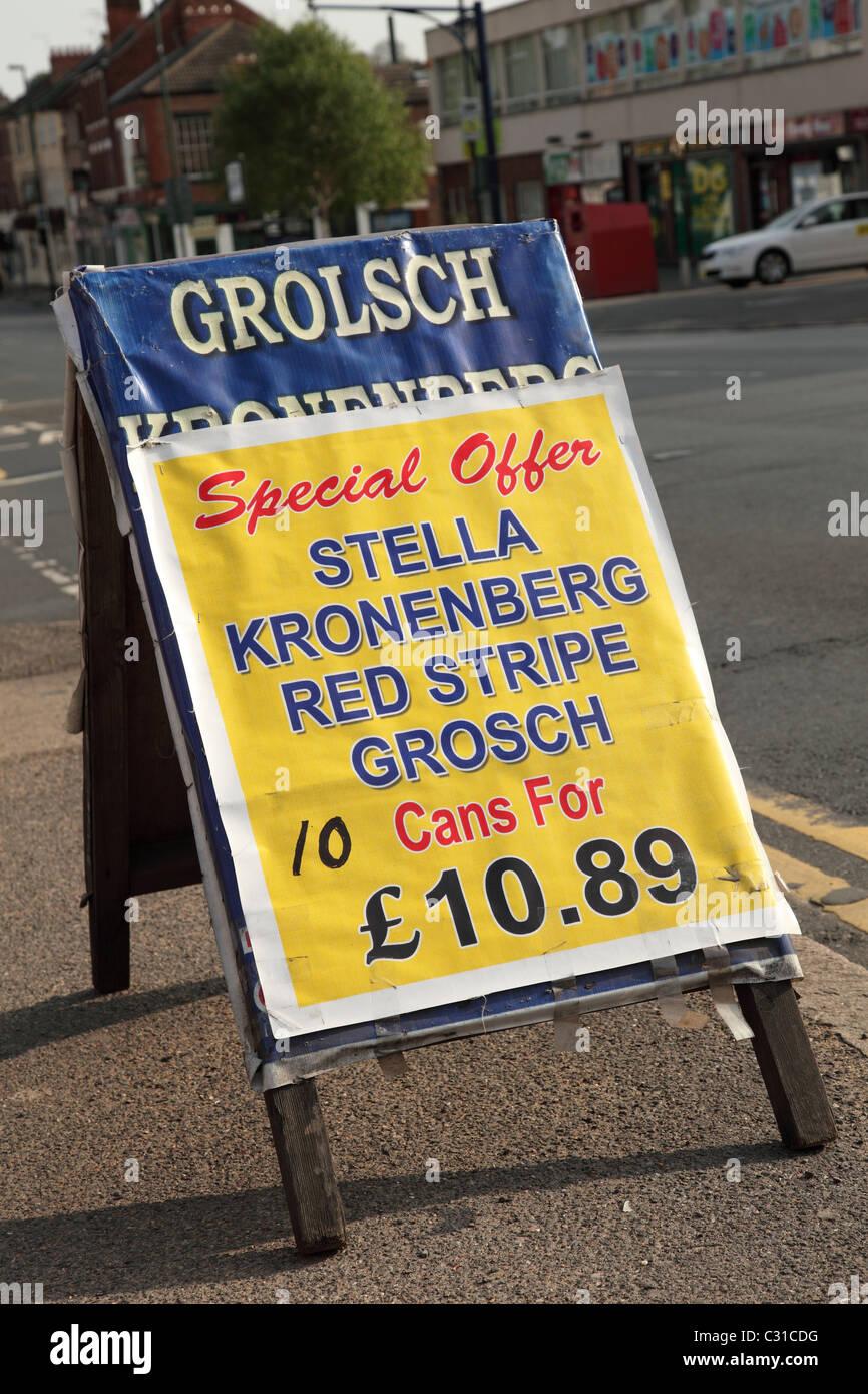 Eine Straße Zeichen Werbung billigen Alkohol in Großbritannien. Stockbild