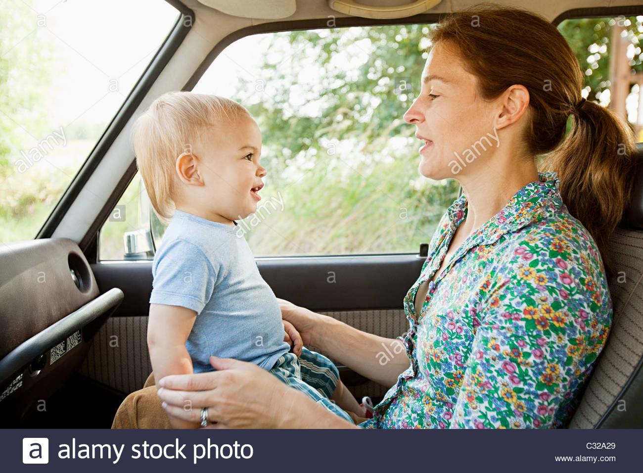 Mutter und Baby Sohn im Fahrzeug Stockbild