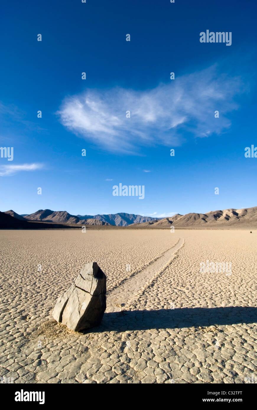 Ein Stein hinterlässt eine Spur von seiner Bewegung über den Sand auf der berühmten Rennstrecke in Stockbild