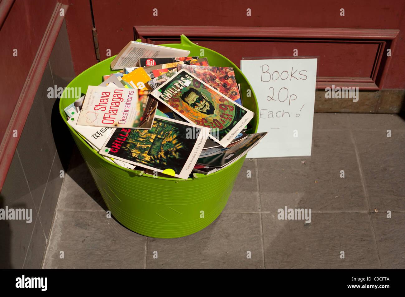 eine Plastikwanne voll von billigen zweite hand Taschenbücher - 20p jeweils außerhalb einer Uused Buchhandlung Stockbild
