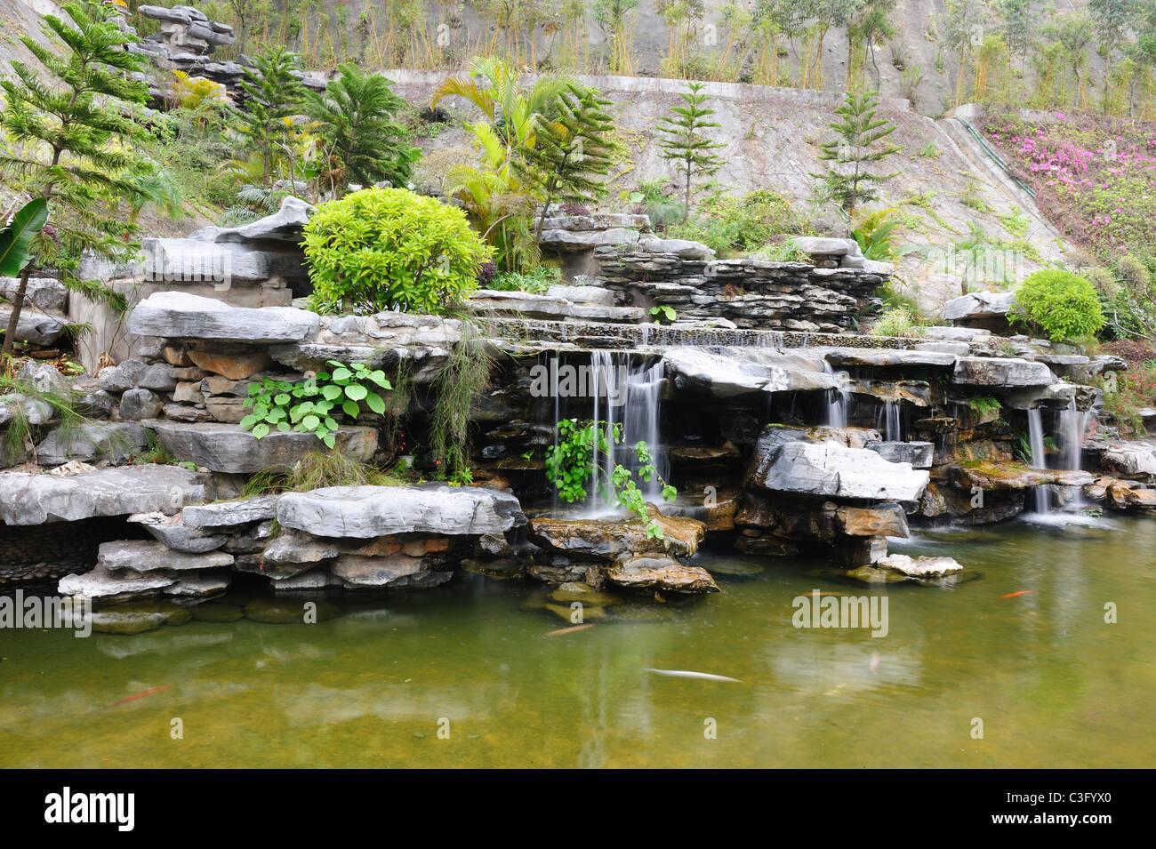 Chinesischer Steingarten Garten Mit Teich Und Wasserfall Stockfoto