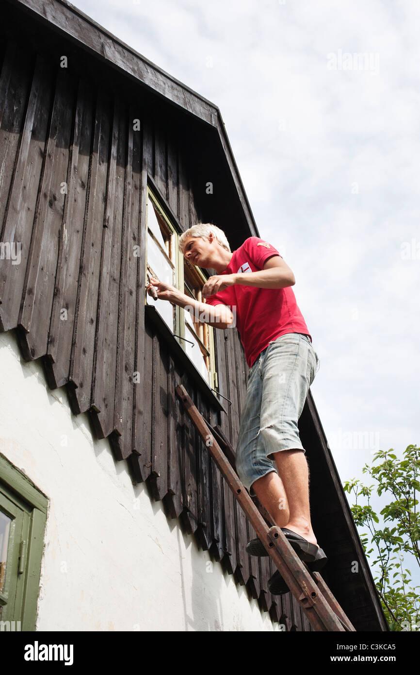Mann auf Leiter Reparatur Fenster Stockfoto, Bild: 36691485 - Alamy