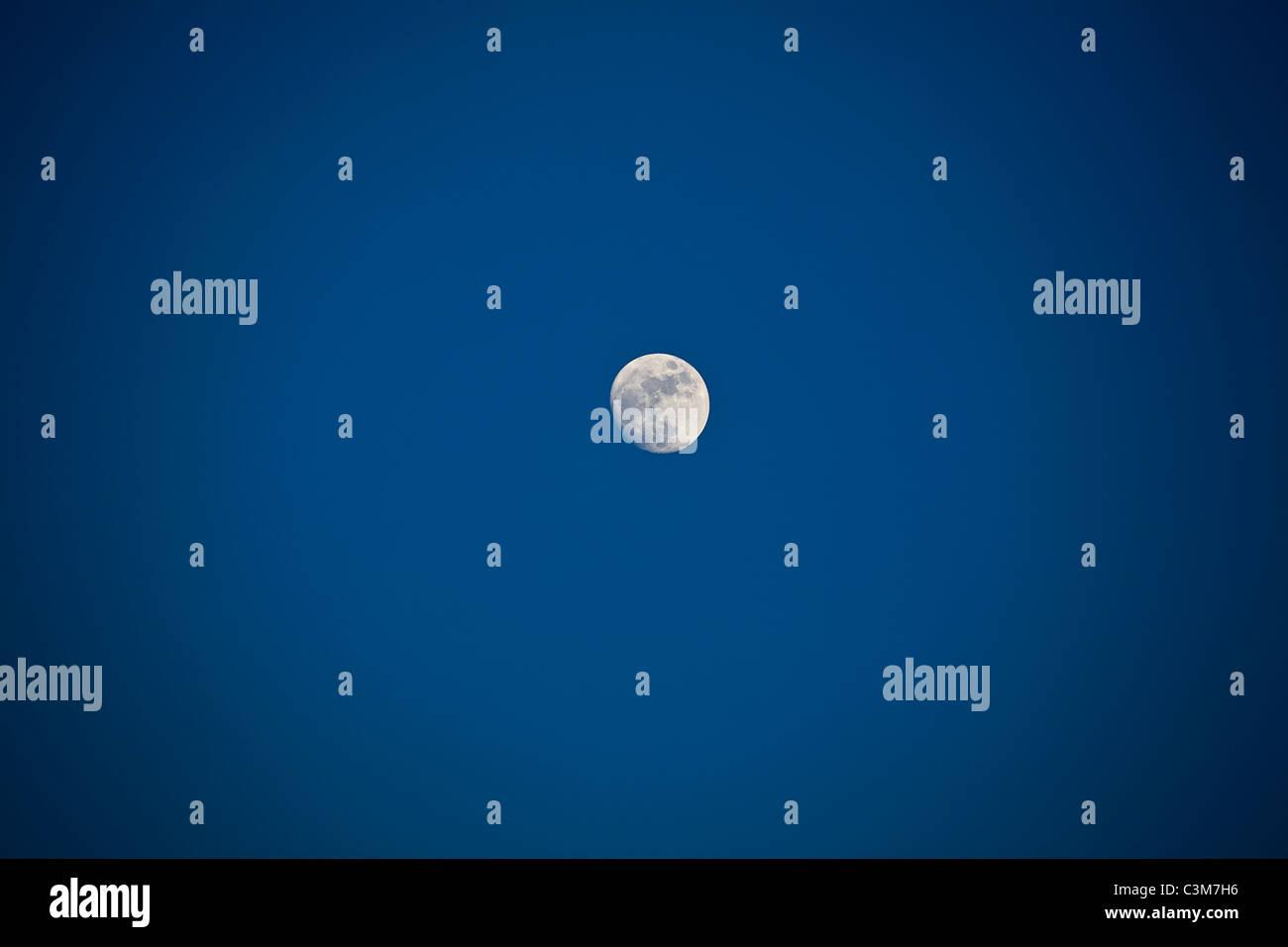 der Mond durch eine 300m 2,8 Festbrennweite Stockbild