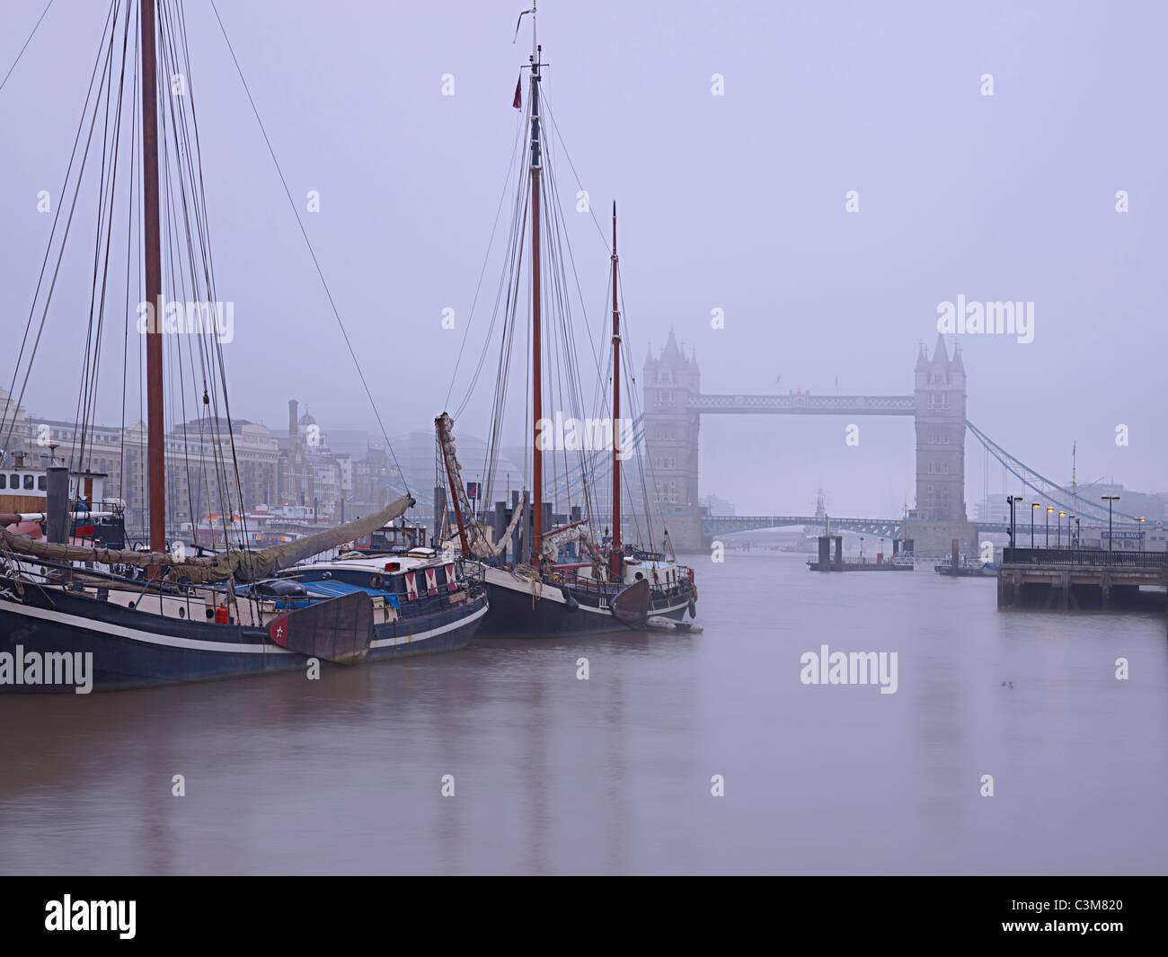 Niederländische Segeln Lastkähne auf der Themse von Tower Bridge London Stockbild
