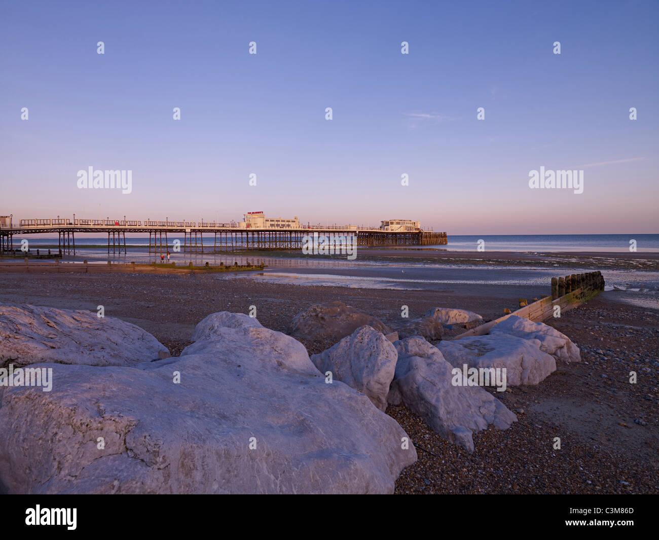 Worthing Pier bei Sonnenuntergang Stockbild