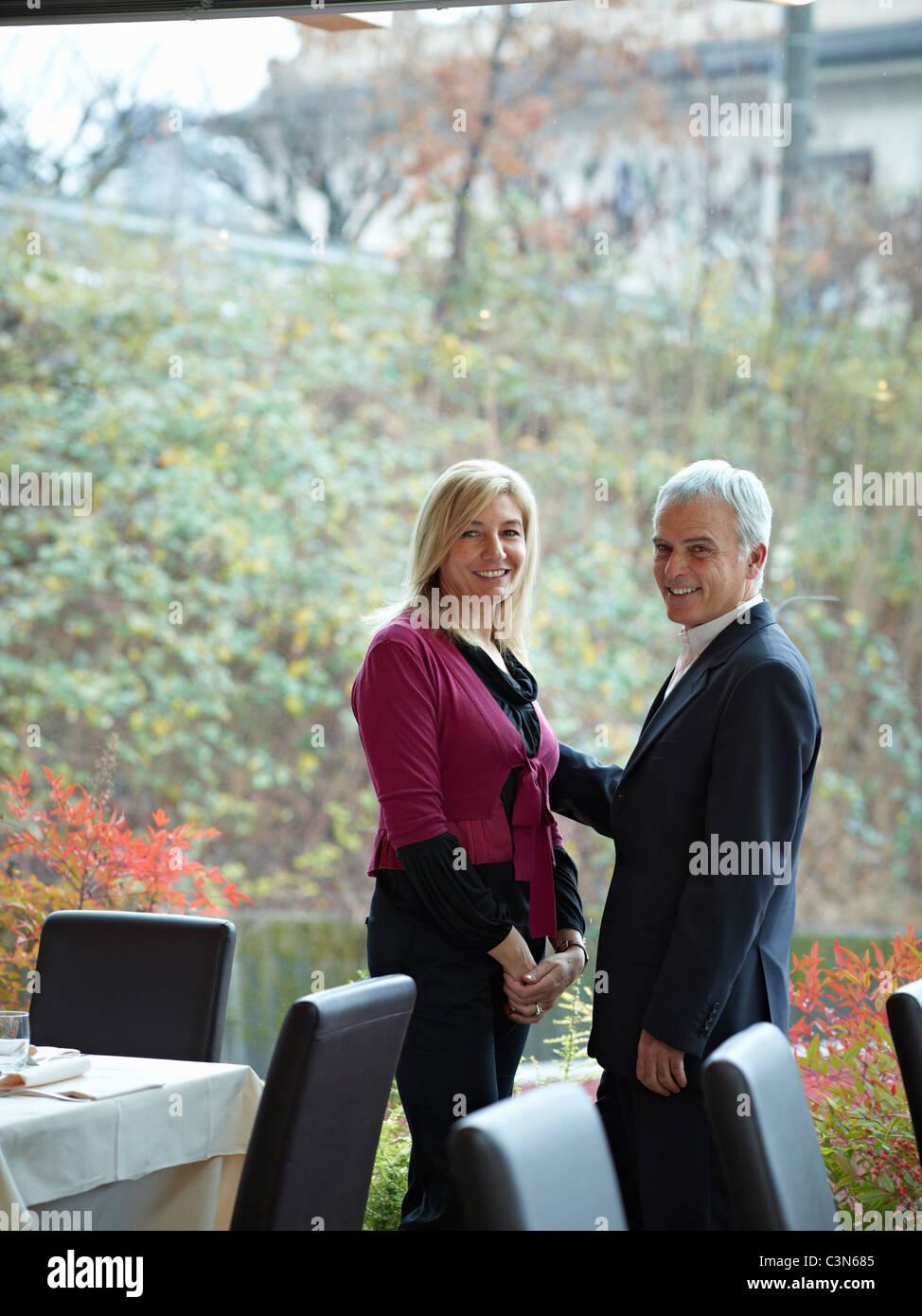 Senior paar mit einem intimen Moment in einem restaurant Stockbild
