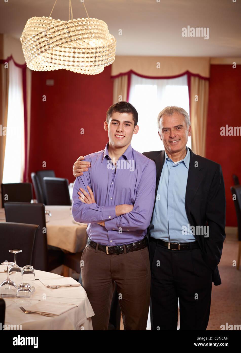 Vater und Sohn teilen einen intimen Moment in der Familie restaurent Stockbild