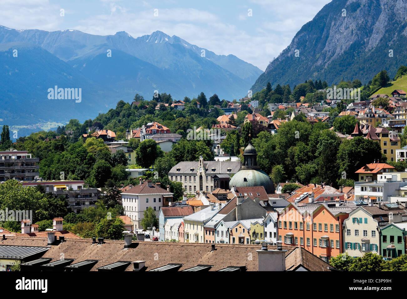Österreich, Tirol, Innsbruck, Blick auf Stadt mit Bergen im Hintergrund Stockbild