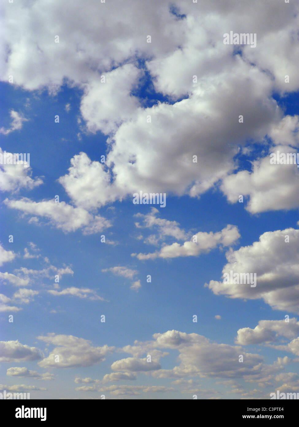 Weißen geschwollenen Wolken. Stockbild