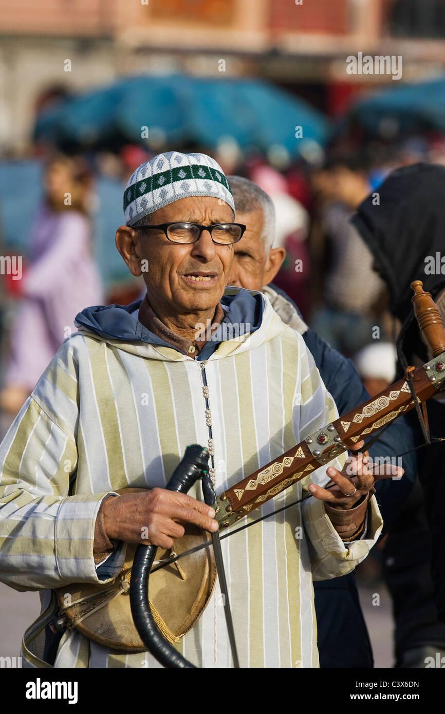 Musiker in traditioneller Kleidung zu unterhalten, Touristen und Einheimische auf dem Marktplatz Djemaa el Fna, Stockbild