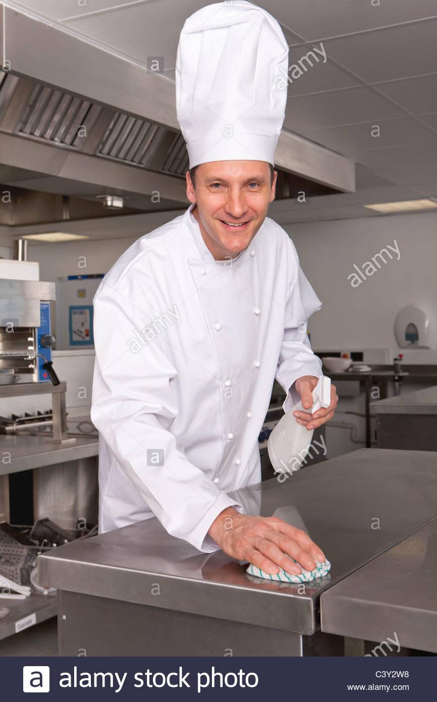 Koch Reinigung Arbeitsfläche in Großküchen Stockbild