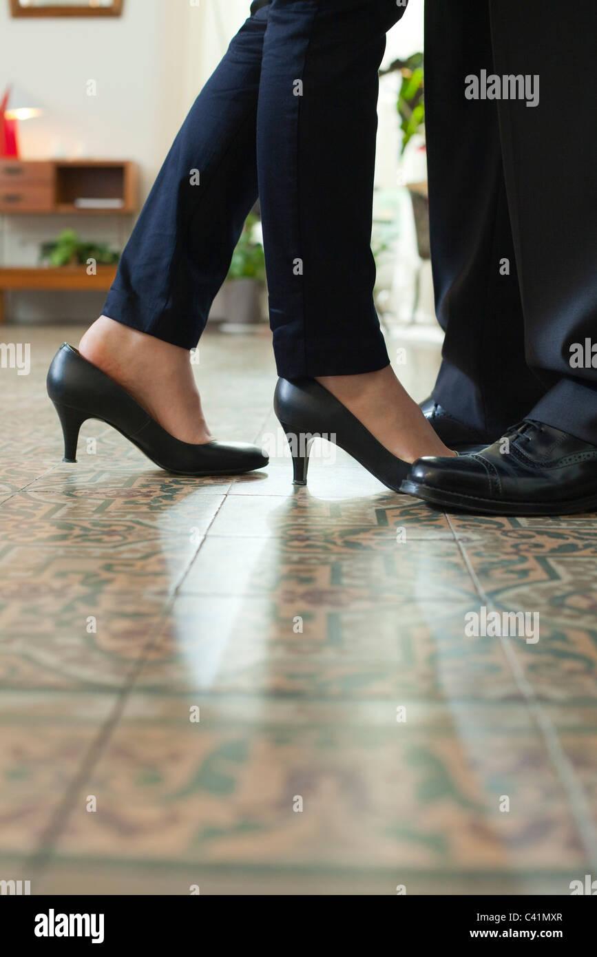 Paar stehende abgeschnitten von Angesicht zu Angesicht Blick auf Füße Stockbild