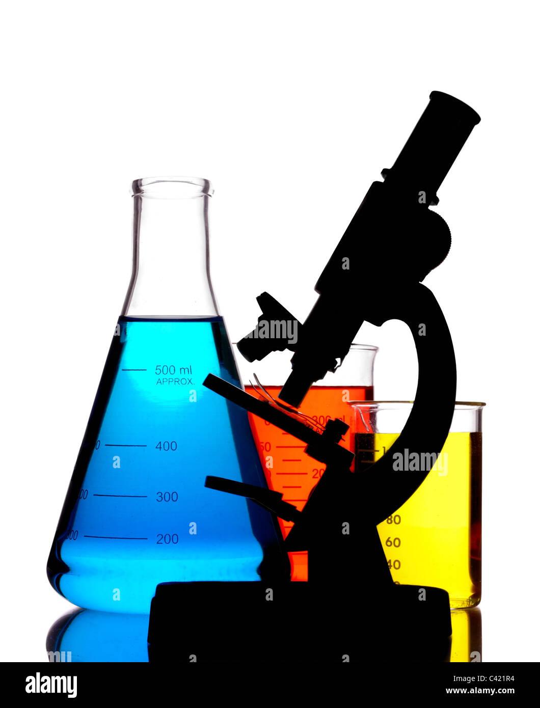 Mikroskop und Labor-Glaswaren Stockbild