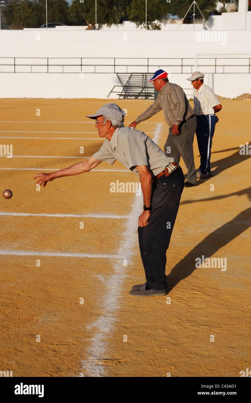 Spanische Männer spielen Petanca in Andalusien Stockbild