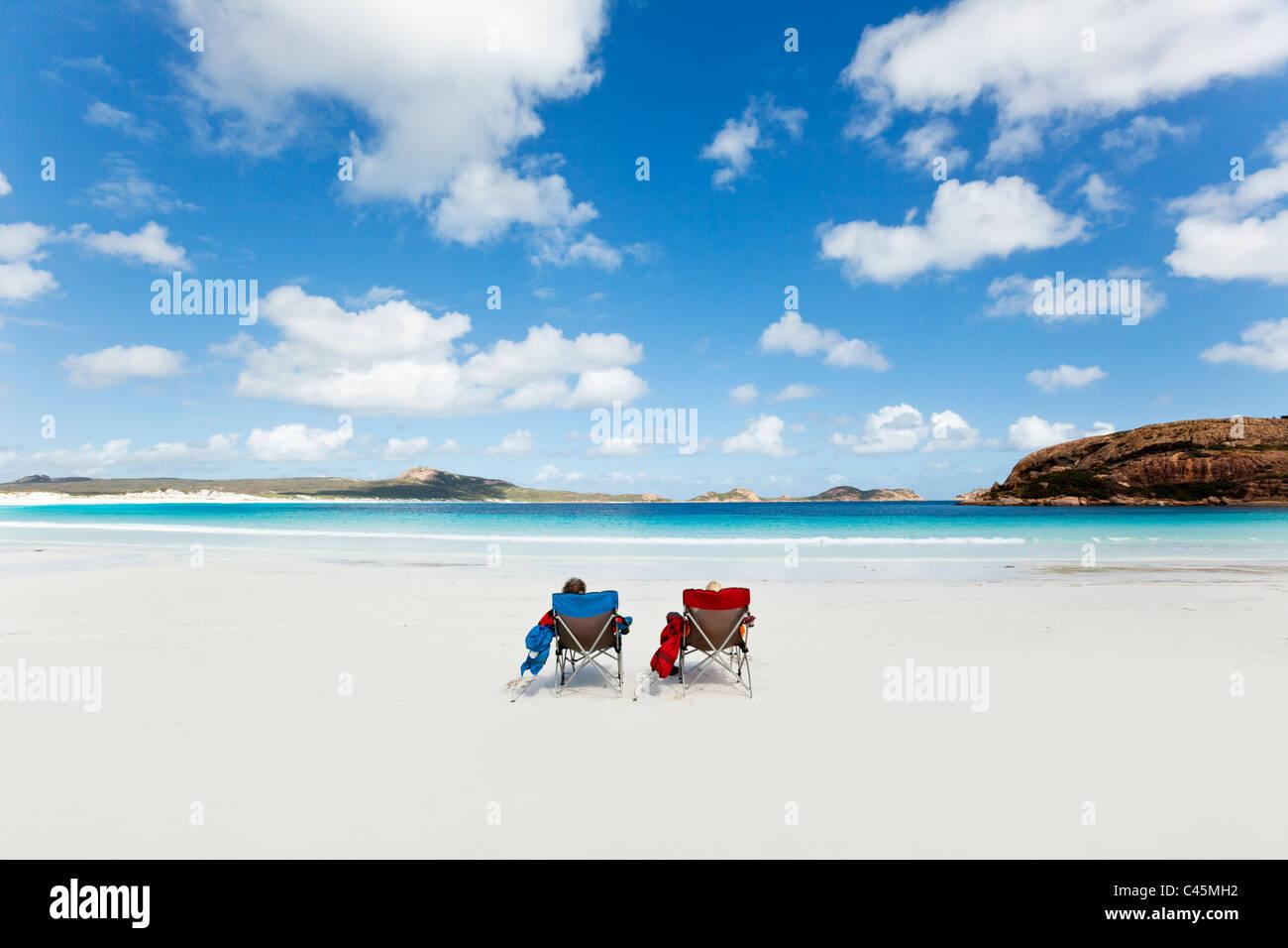 Paar am Strand von Lucky Bay entspannen. Cape Le Grand Nationalpark, Esperance, Western Australia, Australien Stockbild