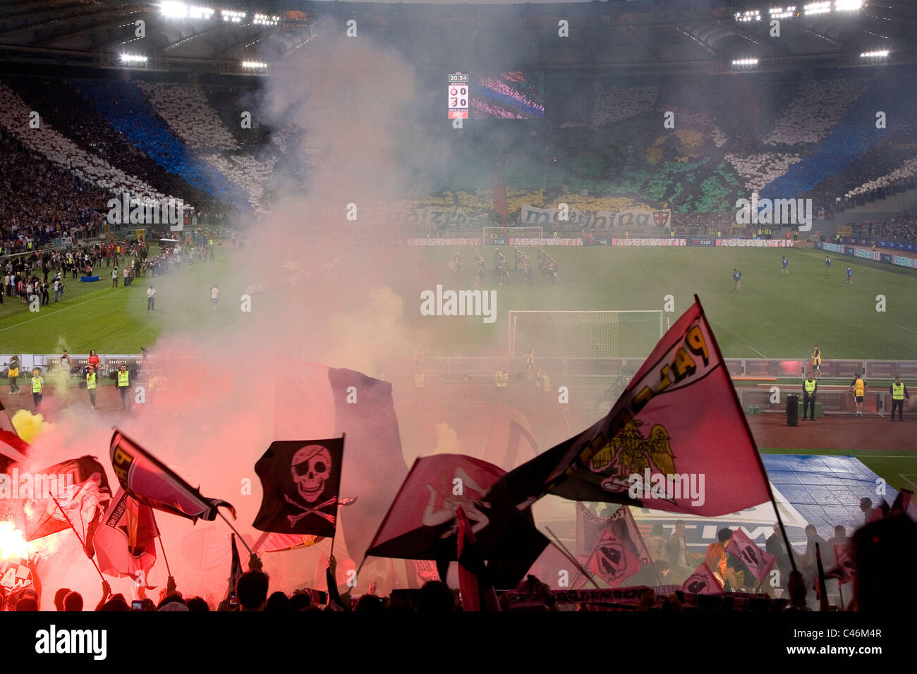 Palermo-Fußball-Fans im Olympiastadion in Rom vor dem italienischen Cup-Finale gegen Inter Mailand Stockbild