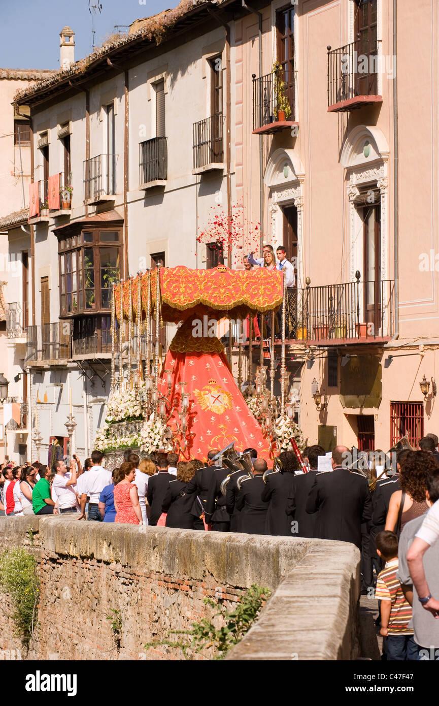 Eine traditionelle religiöse Umzug entlang einer schmalen Straße in Granada Andalusien Spanien Stockbild