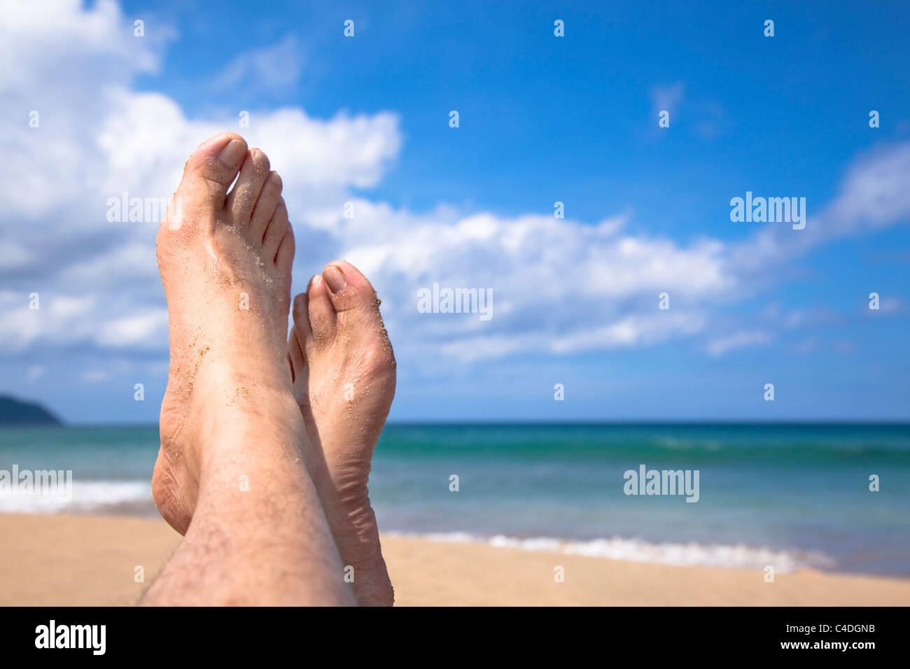 liegen am Strand beobachten meine Füße und genießen Sie Sommerurlaub Stockbild