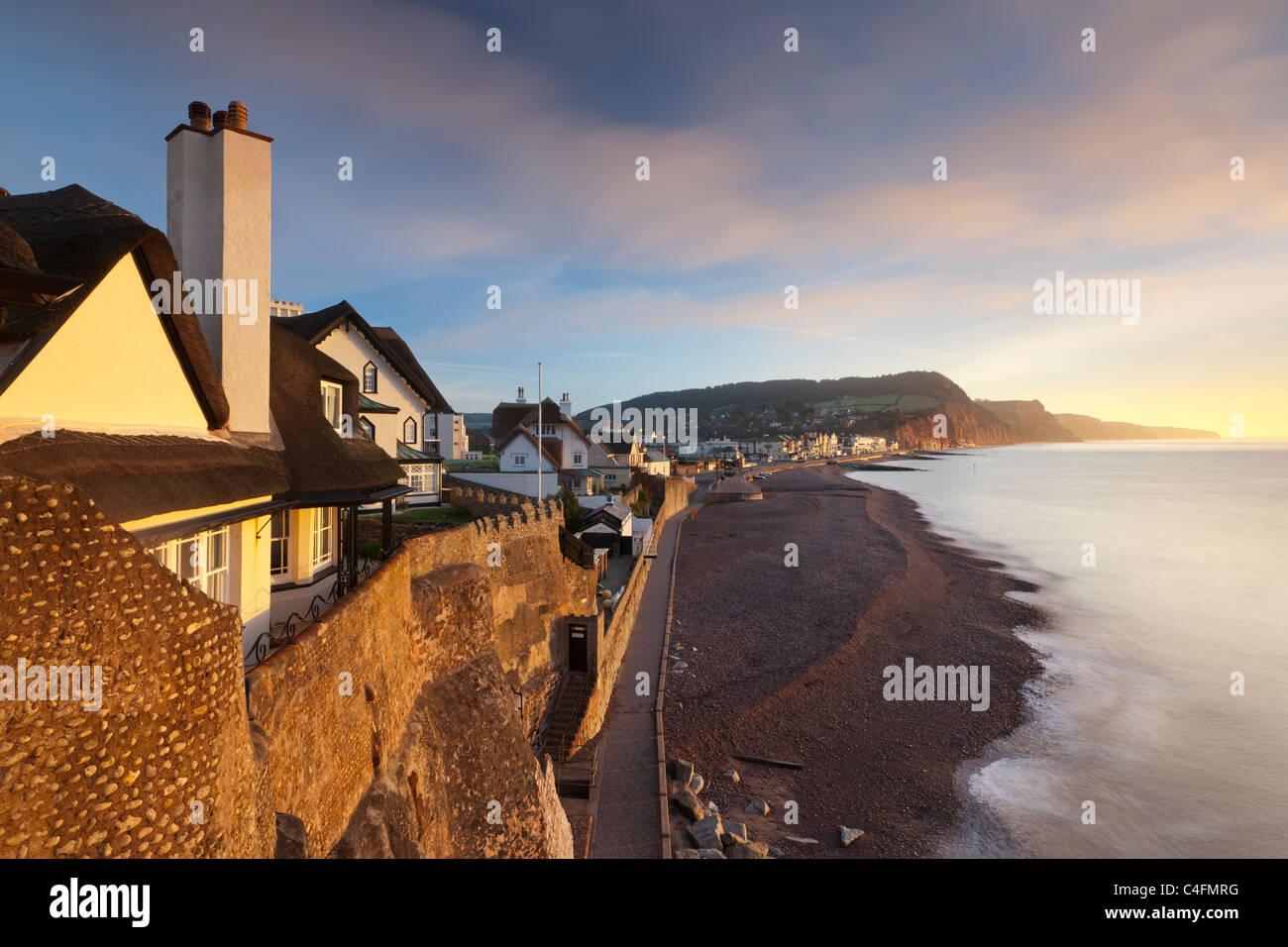 Blick auf Häuser mit Blick auf Sidmouth Strandpromenade, Sidmouth, Devon, England. Winter (Februar) 2011. Stockbild