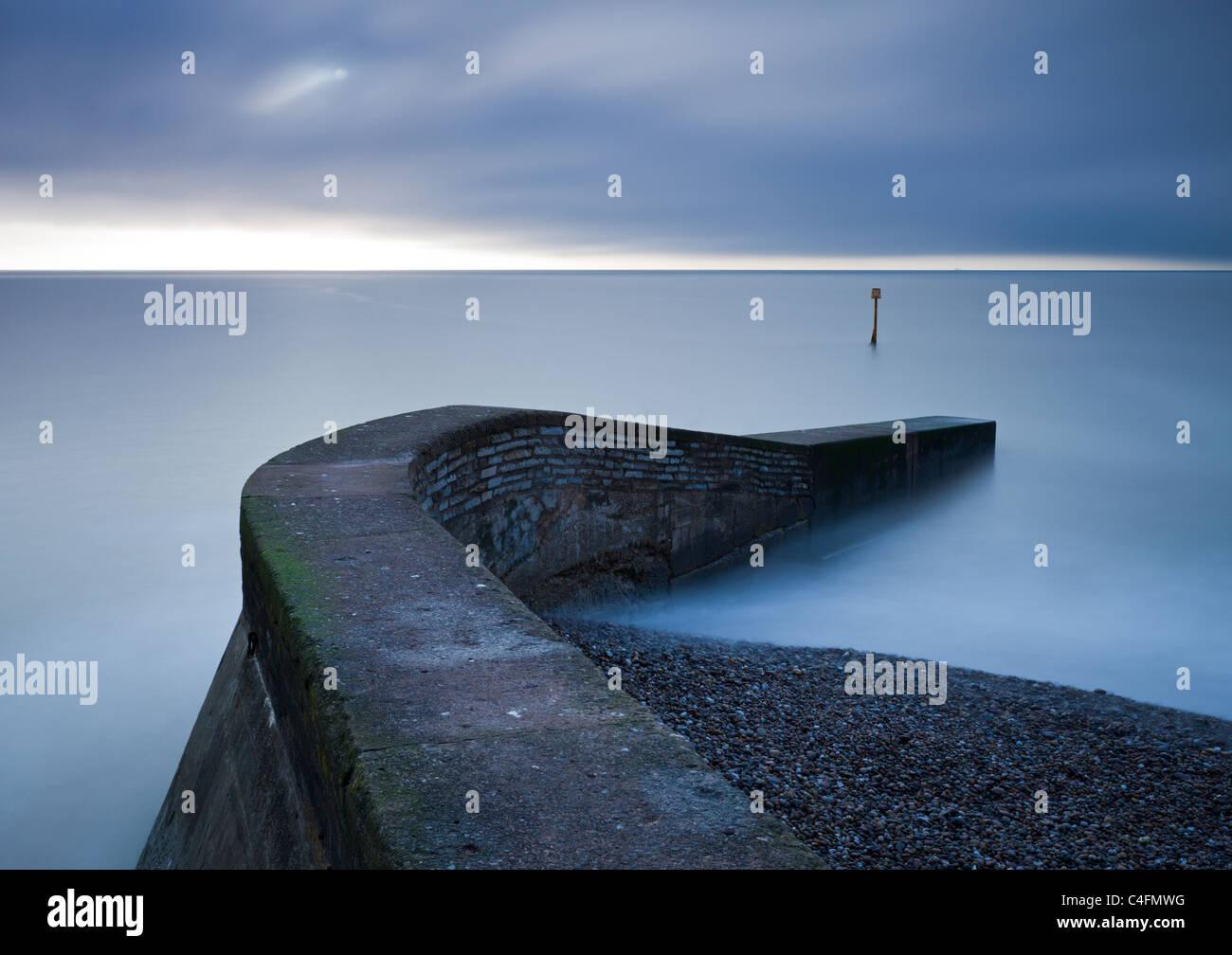 Stein-Steg am Strand von Sidmouth, Devon, England. Winter (Februar) 2011. Stockbild
