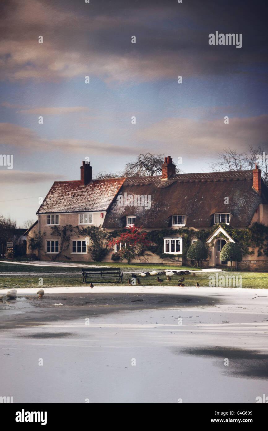 zugefrorenen Teich im Dorf Stockbild