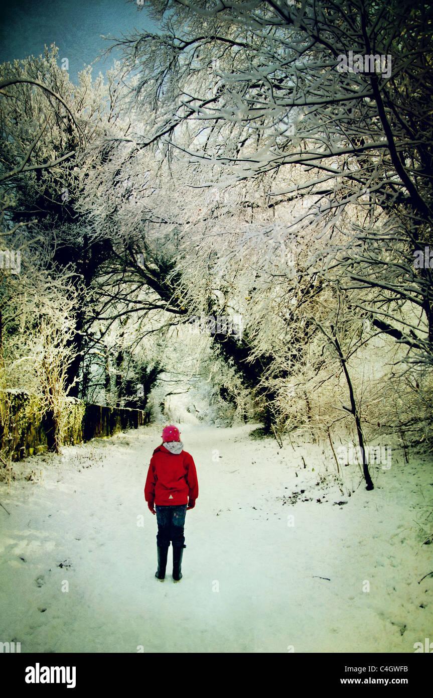 Mädchen im roten Jacke im Schnee Stockbild