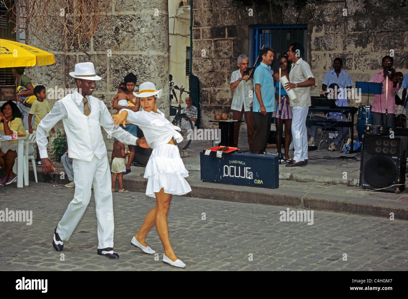 Kubanisches Tanzendes Paar, Plaza De La Catedral Havanna, Kuba, Karibi, kubanische Tanz paar Habana Cuba Stockbild