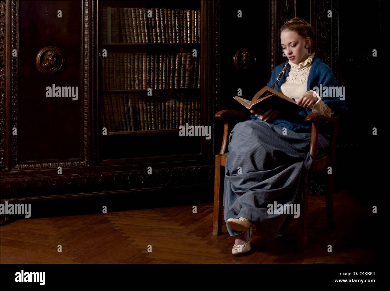 Retro-Stil gekleidet Frauen ein Buch zu lesen Stockbild