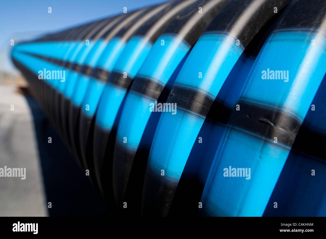 Blaue und schwarze Streifen auf geriffelten PVC Wasserleitung Oberfläche Stockbild