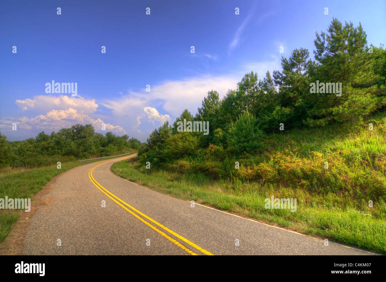 Eine Straße in der Landschaft Stockbild