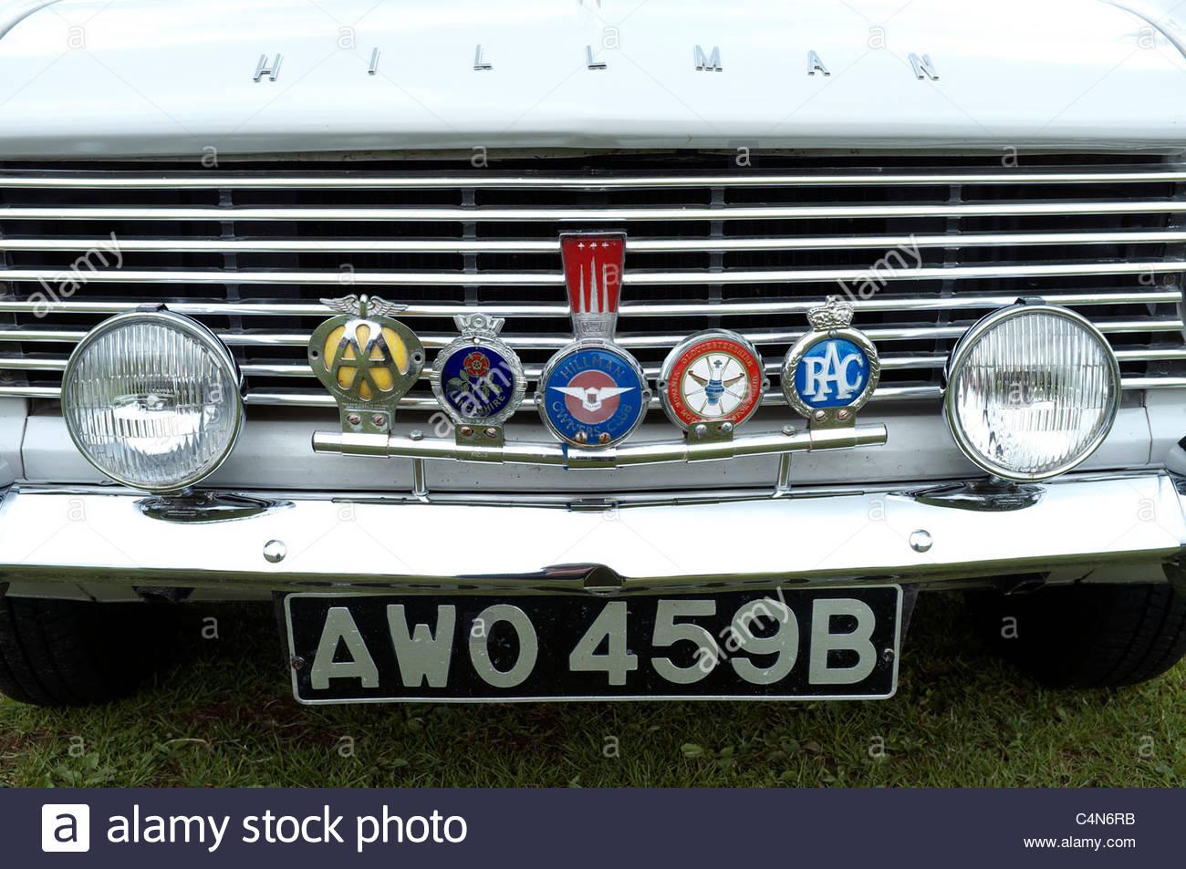 Hillman Super Minx Oldtimer mit einer Sammlung von Autofahren Abzeichen auf der Stoßstange, UK. Stockbild