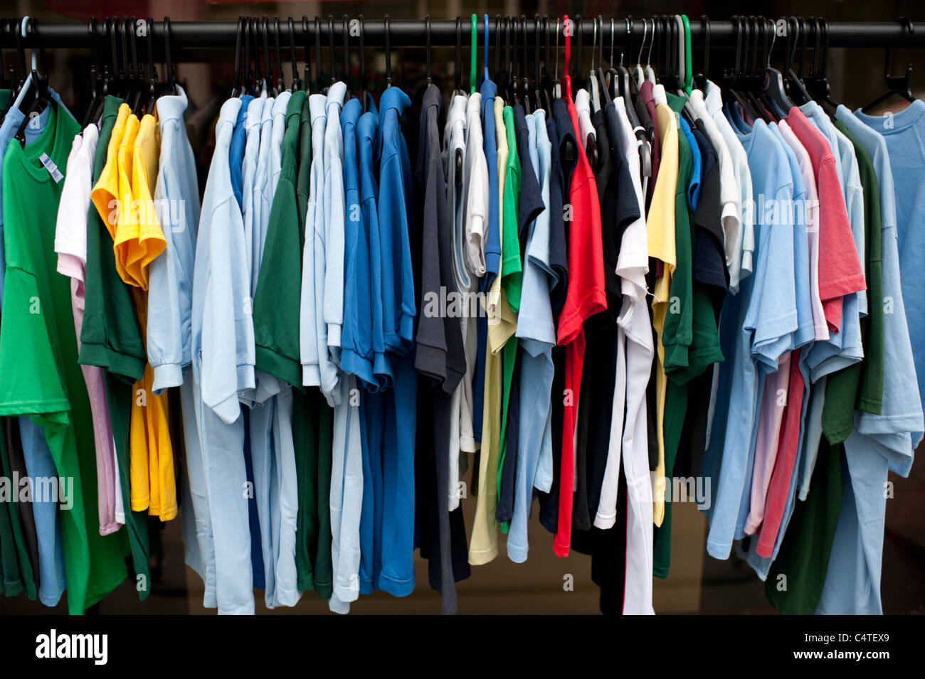 ein Rack mit billige Poloshirts Sport zum Verkauf, UK Stockbild