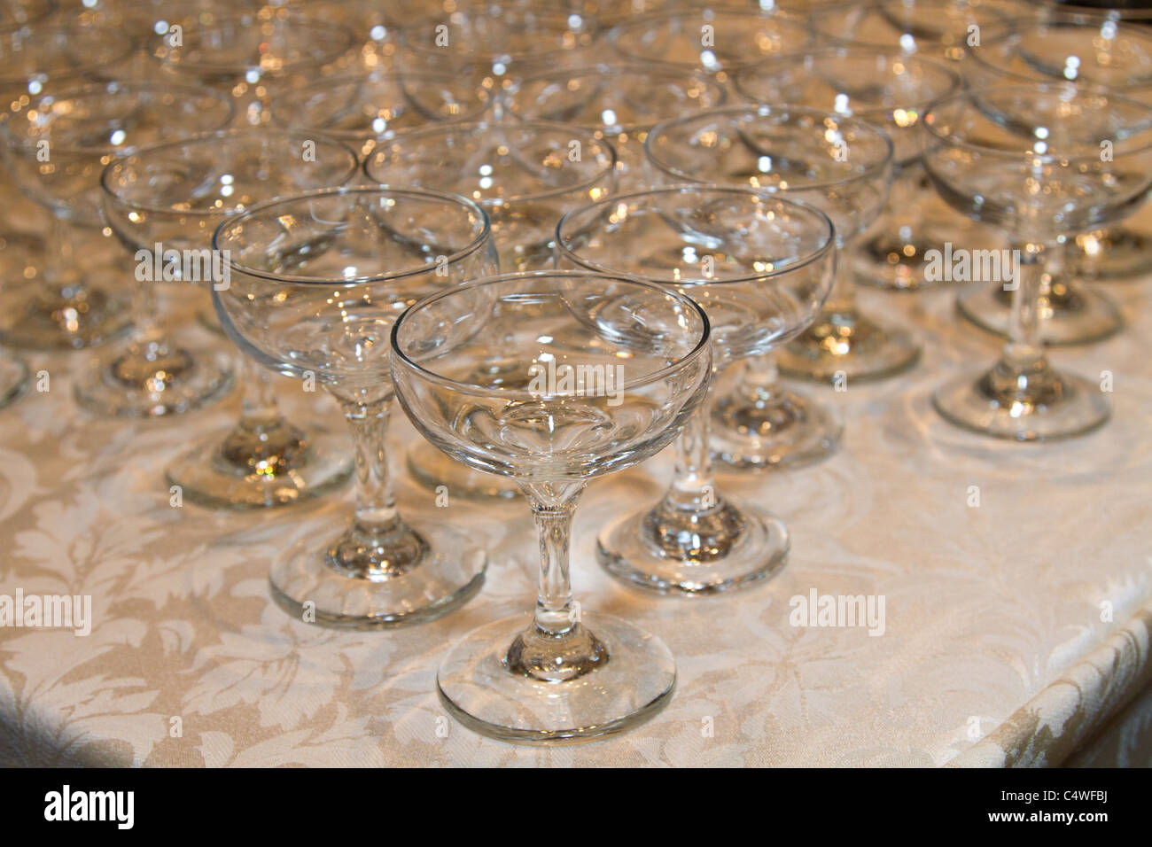 table cloth white empty stockfotos table cloth white empty bilder alamy. Black Bedroom Furniture Sets. Home Design Ideas