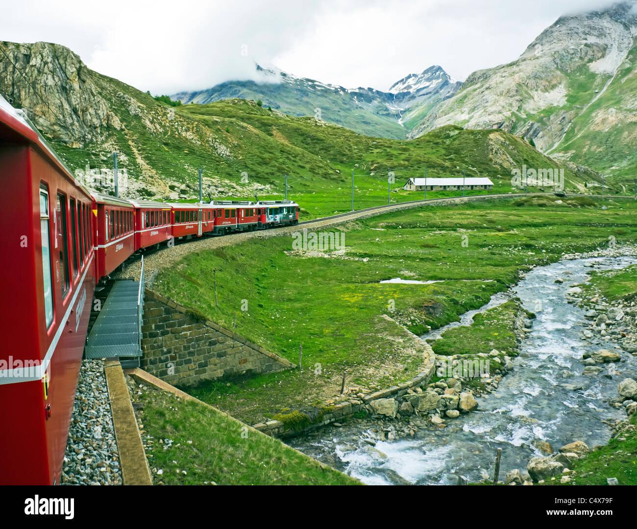 Rhatische Bahn Zug Abstieg nur nördlich des Passes auf dem Weg nach St. Moritz in der Schweiz auf die Berninabahn Stockbild