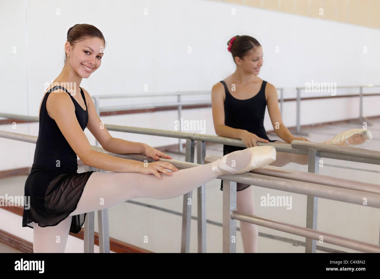 Weibliche Ballett-Tänzerin, die Ausübung in der Schule in Havanna, Kuba Stockbild