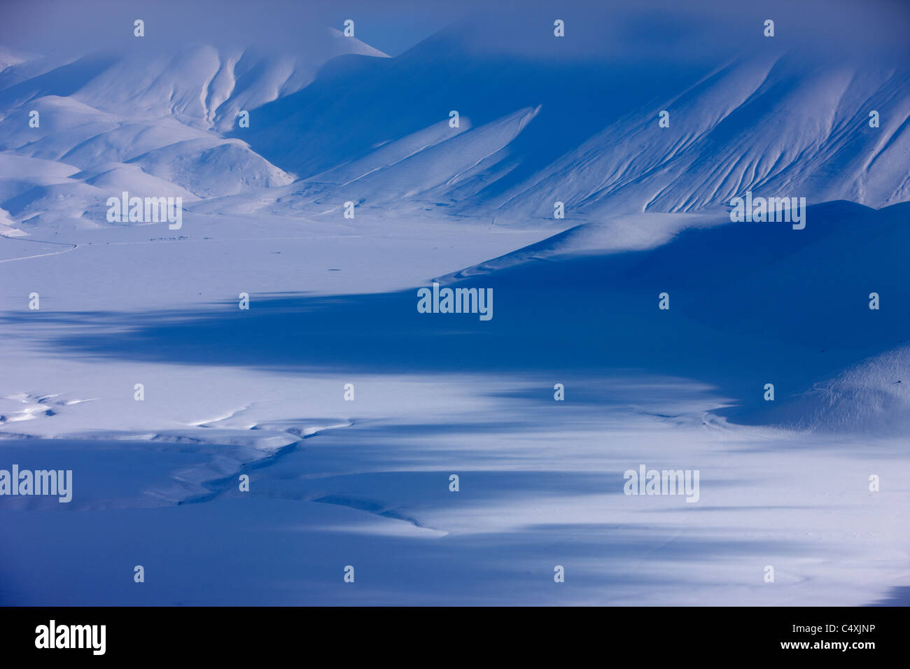 das Piano Grande im Winter, Nationalpark Monti Sibillini, Umbrien, Italien Stockbild