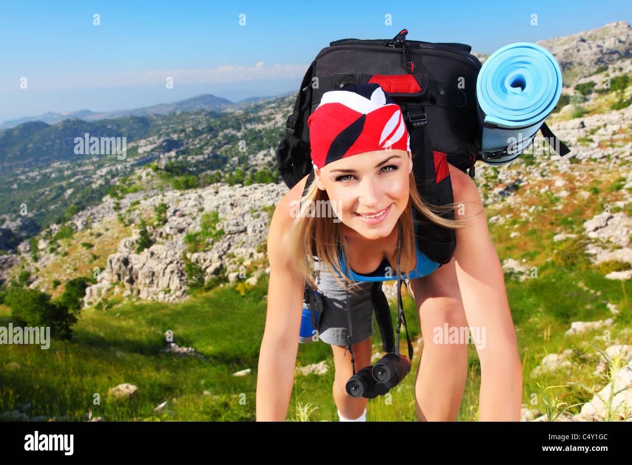 Reisen Mädchen mit Rucksack wandern in den Bergen, Freiheit-Konzept Stockbild