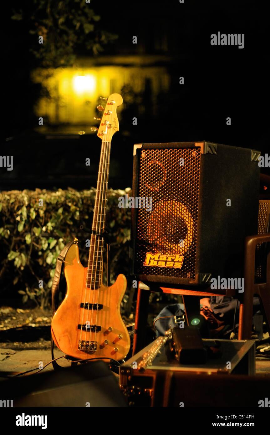 Bass-Gitarre und Verstärker einrichten im Freien für nächtliche Leistung Stockbild