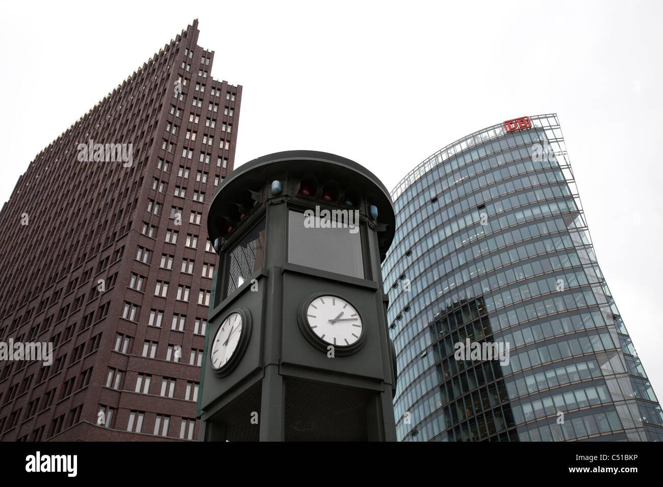 Kolhoff-Turm, die Uhr und die Deutsche Bahn AG. Potsdamer Platz, Berlin Stockbild