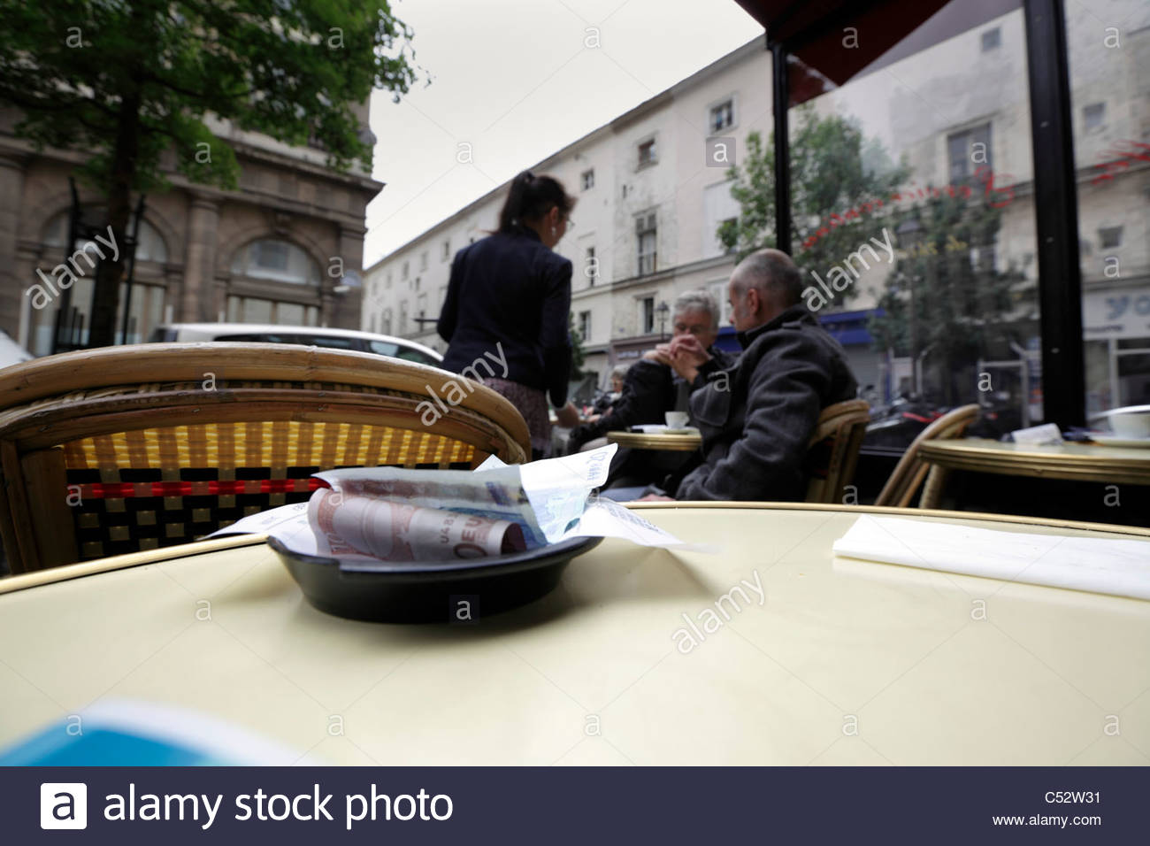 paris bistro waiter stockfotos paris bistro waiter bilder alamy. Black Bedroom Furniture Sets. Home Design Ideas
