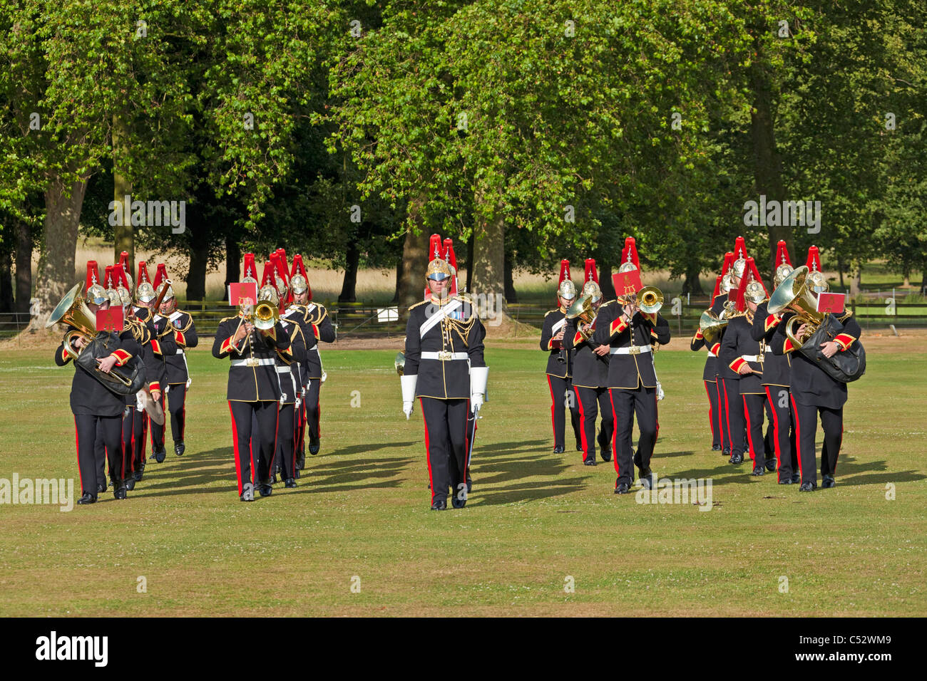 Die Militärkapelle die Blues and Royals spielen und marschieren bei einer privaten königlichen Funktion Stockbild