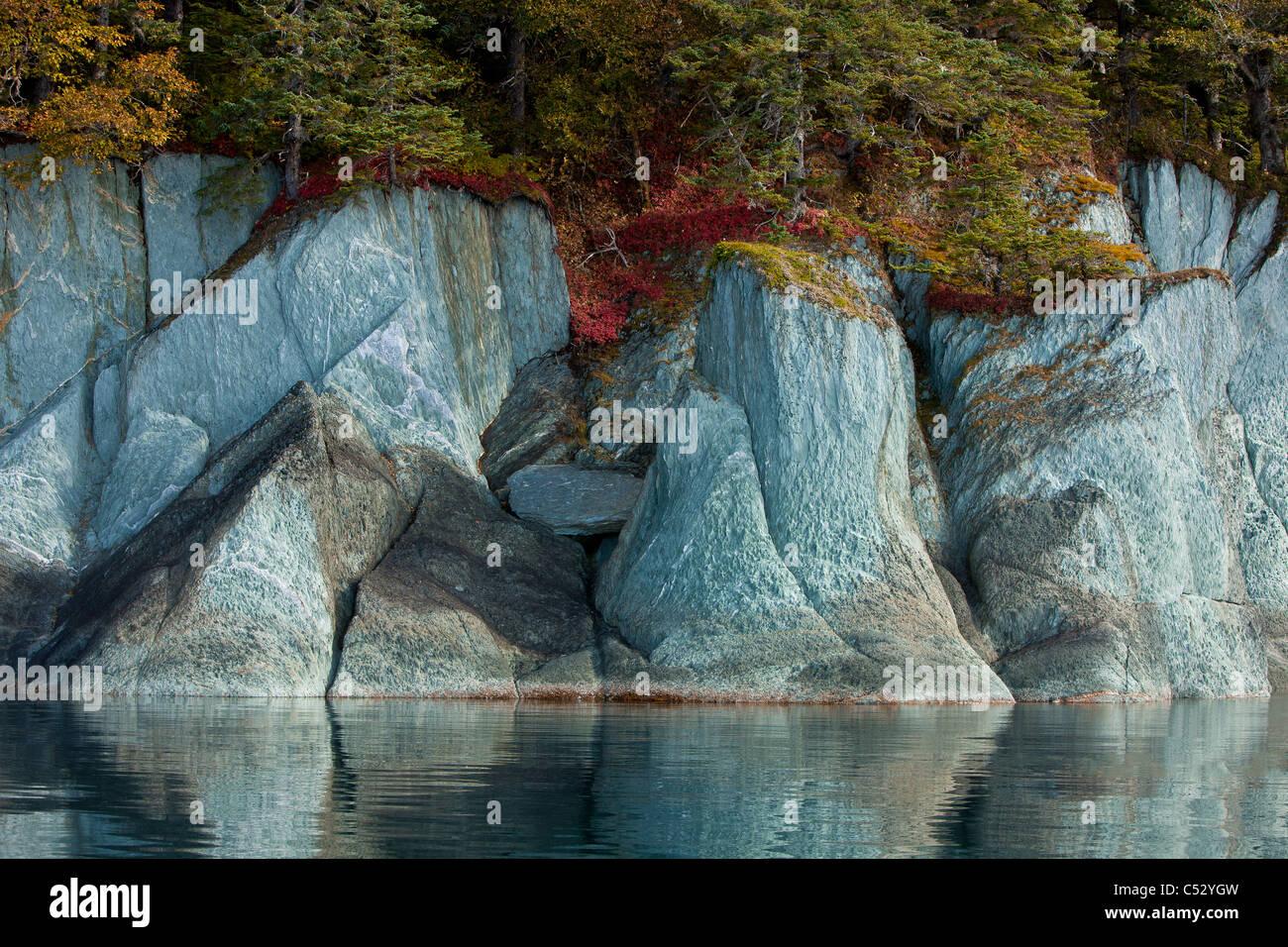 Farben des Herbstes säumen die Klippen entlang der Küste von Tracy Arm-Fords Terror Wildnis, Alaska Stockbild